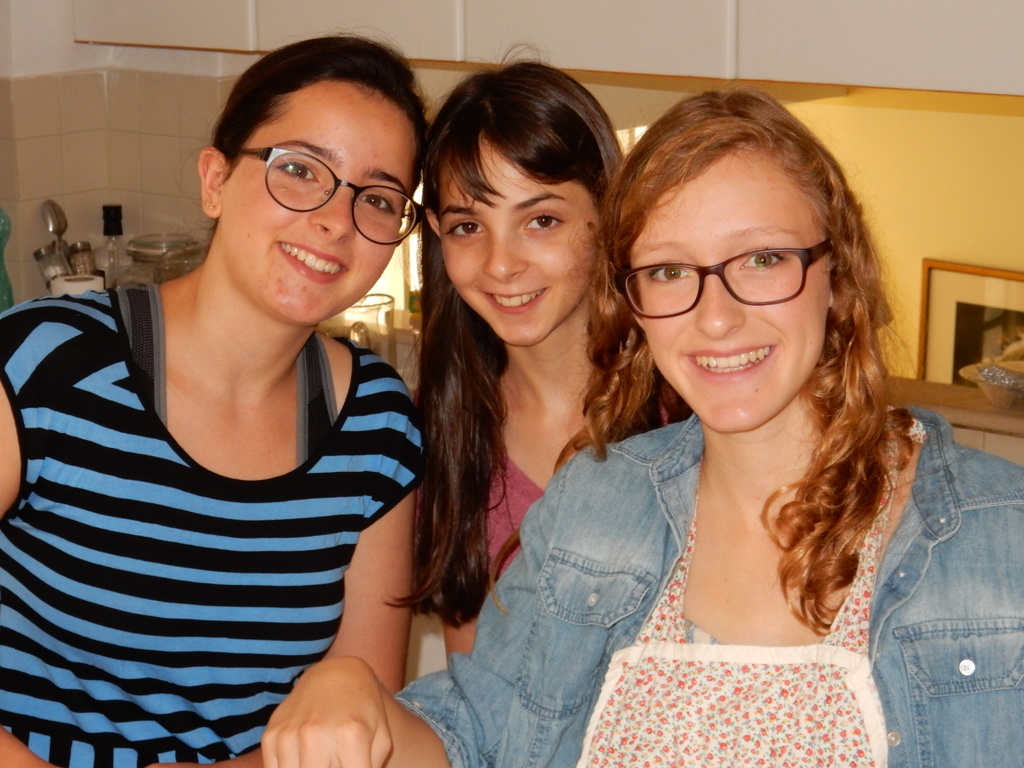 Kalya makes pancakes with her Eliana and Ophelia in Jerusalem